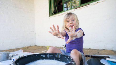 Descubre cómo hacer un recipiente sensorial para que los niños se diviertan este verano