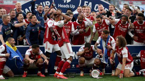 Momento en el que a Aubameyang se le cayó la FA Cup. (Getty)