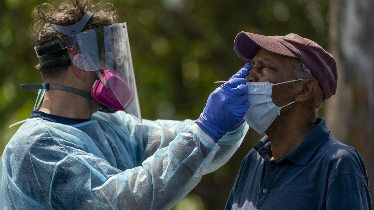 Un hombre se somete a una prueba de coronavirus.