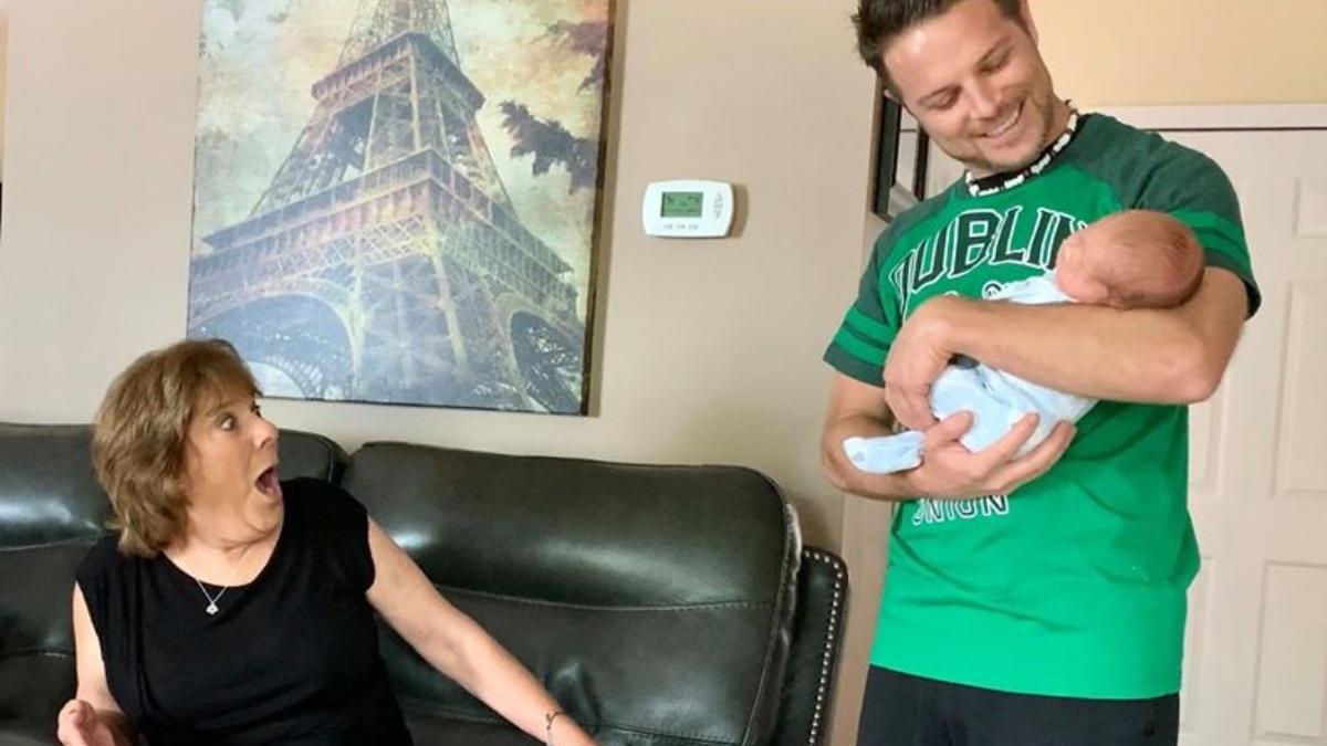Facebook: Estos abuelos se llevan la sorpresa de su vida, descubren que su nieto tiene un gemelo