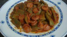 Receta de Judías verdes horneadas con verduras y salchichas