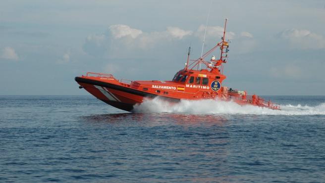 Salvamento Marítimo rescata a 53 personas en una patera en el Estrecho de Gibraltar