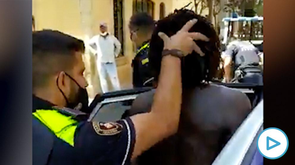 Un 'sin papeles' amenaza a la Policia en Barcelona.