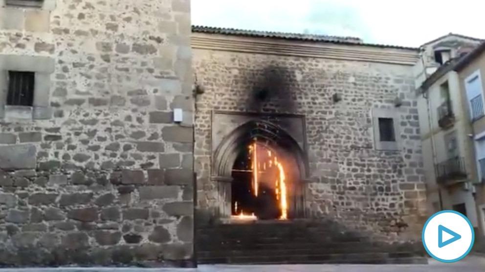Arde la Iglesia de San Martín de Plasencia e investigan si el fuego ha sido provocado
