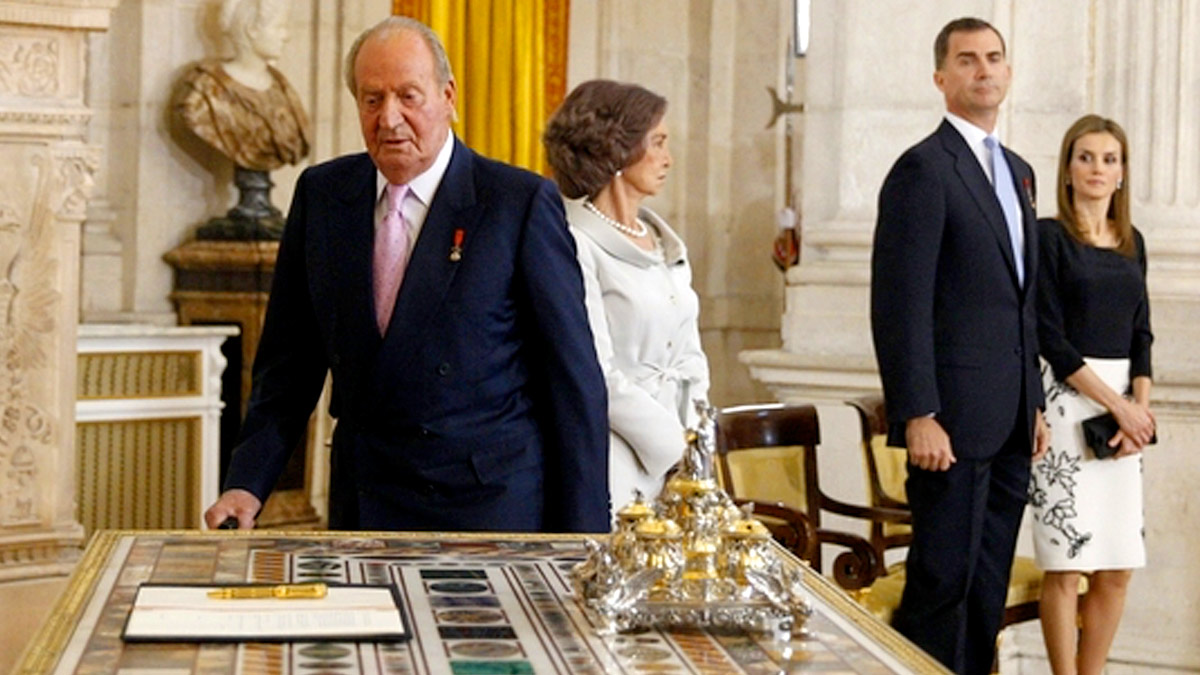 El Rey Juan Carlos I firmando su abdicación en 2014.