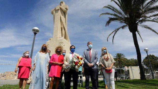 El PP reivindica la figura de Colón con una ofrenda ante su monumento en Huelva.