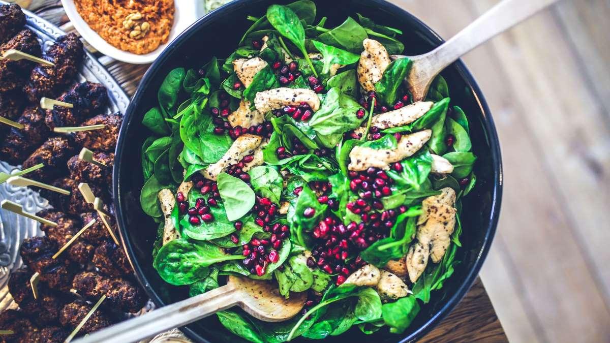 Las ensaladas pueden ser un plato variado y muy saludable en cualquier momento del año