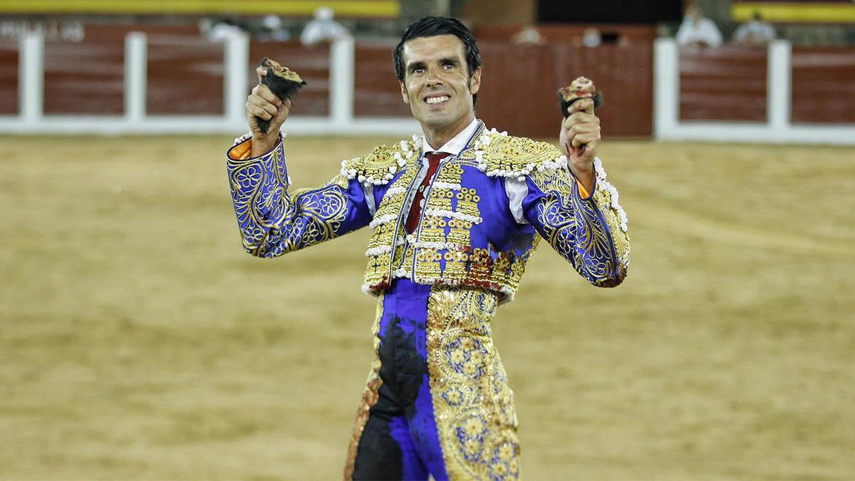 Emilio de Justo con las dos orejas del tercer toro que le tocó en suerte en la corrida nocturna de Plasencia.