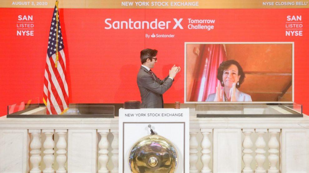 La presidenta de Banco Santander, Ana Botín, realizando el toque de campana virtual en NYSE