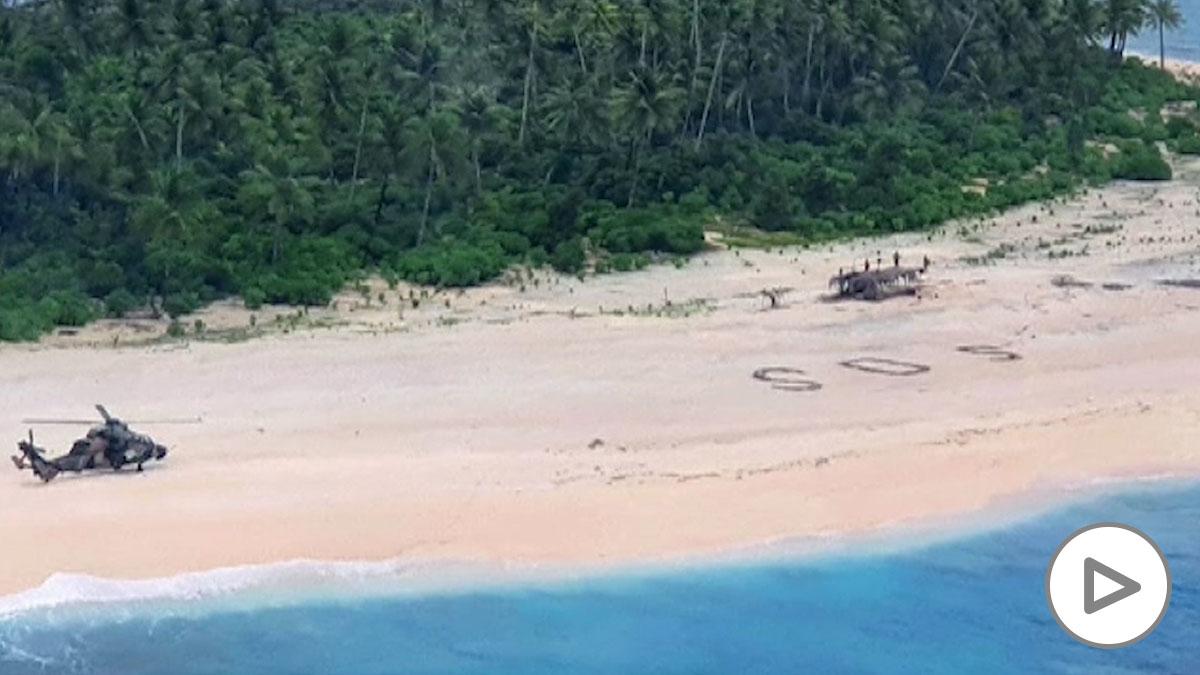 Rescatan a tres marineros en una isla gracias a una señal de socorro en la arena