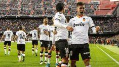 Ferran y Parejo celebran juntos un gol.