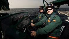 Agentes del servicio marítimo de la Guardia Civil en una misión contra la inmigración ilegal.