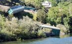 Adif tira al río Sil dos vagones de tren descarrilados y la Xunta exige explicaciones