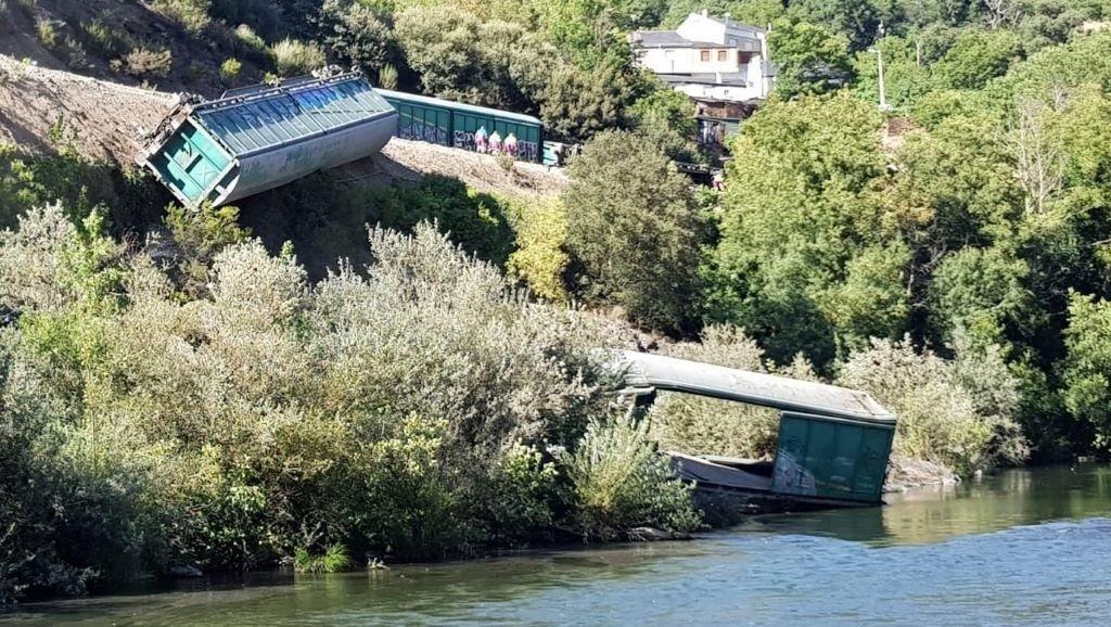 AM.- Adif investiga la caída de vagones del tren descarrilado en Carballeda (Ourense) al río Sil