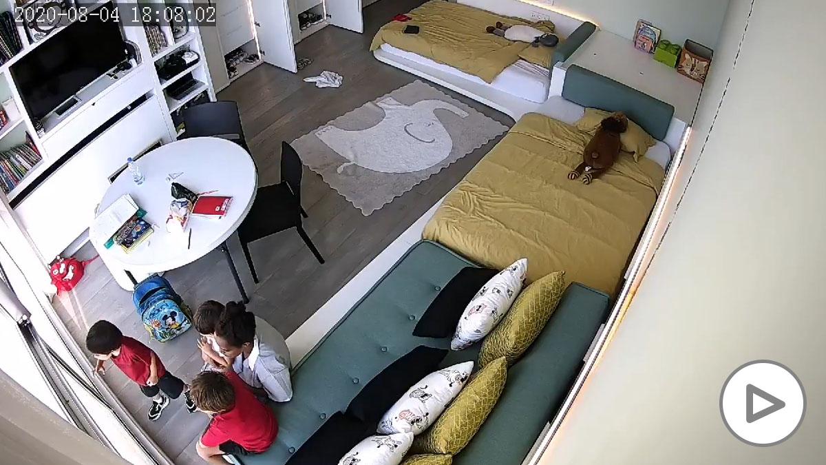 Una cuidadora y tres niños ven la explosión de Beirut desde la ventana y pasa esto