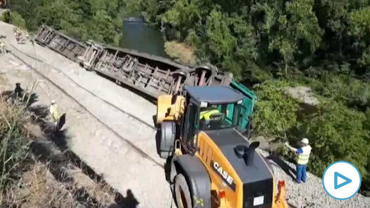 Adif desmontará los vagones caídos al Sil tras ser empujados para retirarlos.