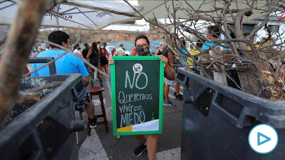 Vecinos de Tunte (Gran Canaria) protestan contra la llegada al pueblo de inmigrantes en cuarentena.