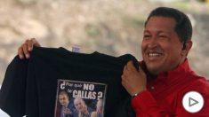 Hugo Chávez muestra la camiseta que le regaló Juan Carlos I con el lema «¿Por qué no te callas?»