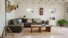 El sofá es el gran protagonista en la decoración del salón