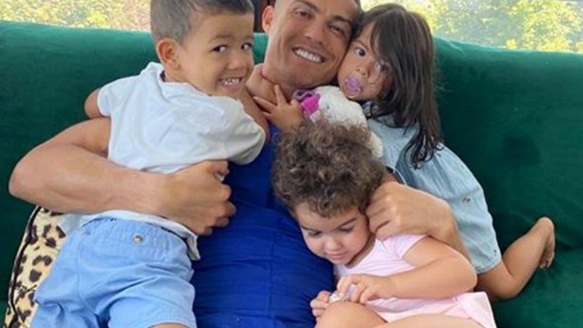Cristiano Ronaldo y sus hijos.
