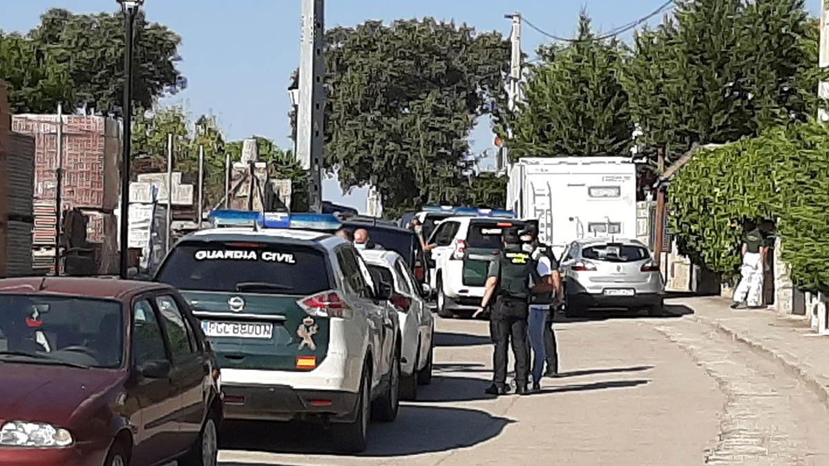 La Guardia Civil en la entrada del domicilio donde vivía la mujer descuartizada en Chapinería (Madrid).