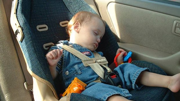 Las razones por las que NUNCA debes dejar a un niño en el coche