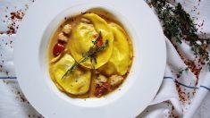 Ravioli de requesón con salsa de langostinos