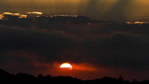 Vista del amanecer este viernes sobre el monte Zorroaga de San Sebastián.