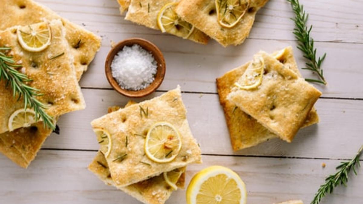 Focaccia de limón con romero