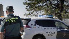 La Guardia Civil vigila un albergue en Algeciras con 35 inmigrantes ilegales contagiados.