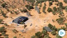 El momento en el que la Guardia Civil localiza el helicóptero robado, oculto entre balas de paja, en Córdoba.
