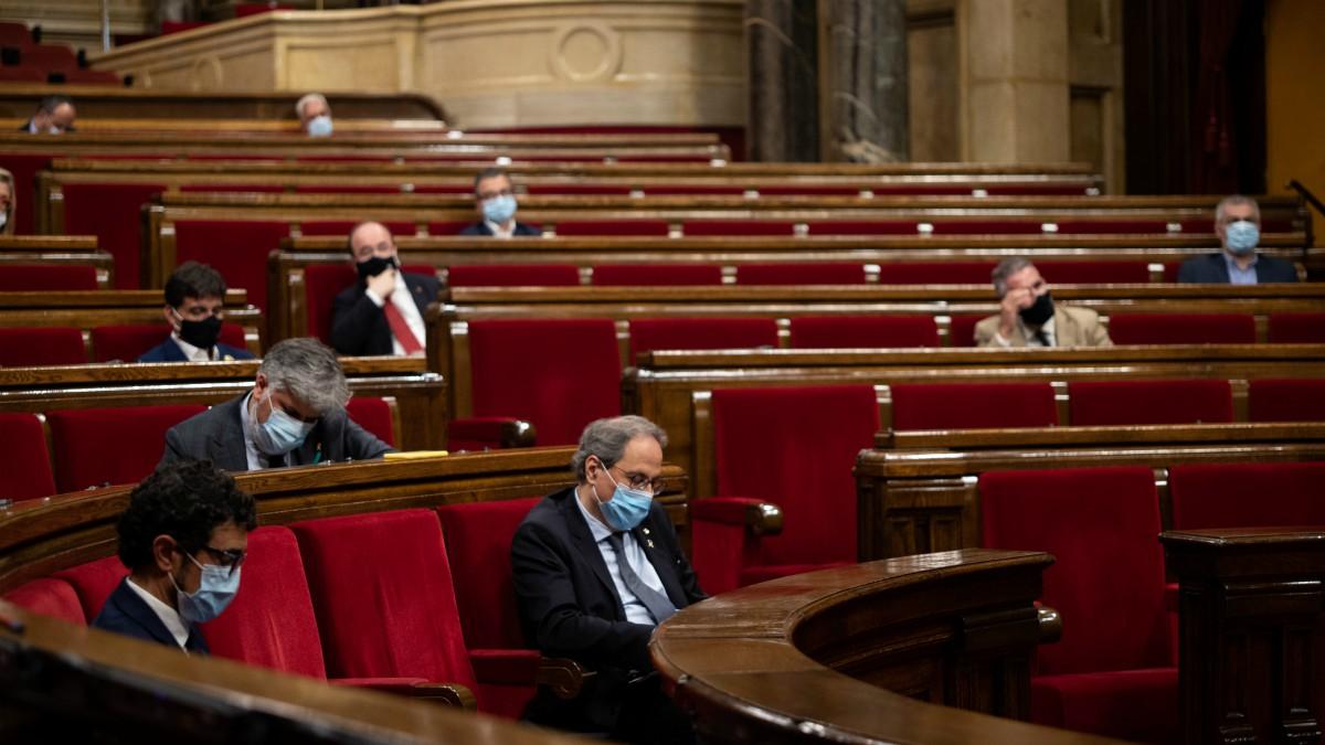 Quim Torra, en el pleno extraordinario que del Parlament contra la  Monarquía tras la marcha del Rey emérito. (Marc Brugat – Europa Press)