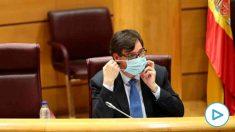 El ministro de Sanidad, Salvador Illa, se quita la mascarilla momentos antes de comparecer en el Senado en Comisión de Sanidad y Consumo, en Madrid. Foto: EP