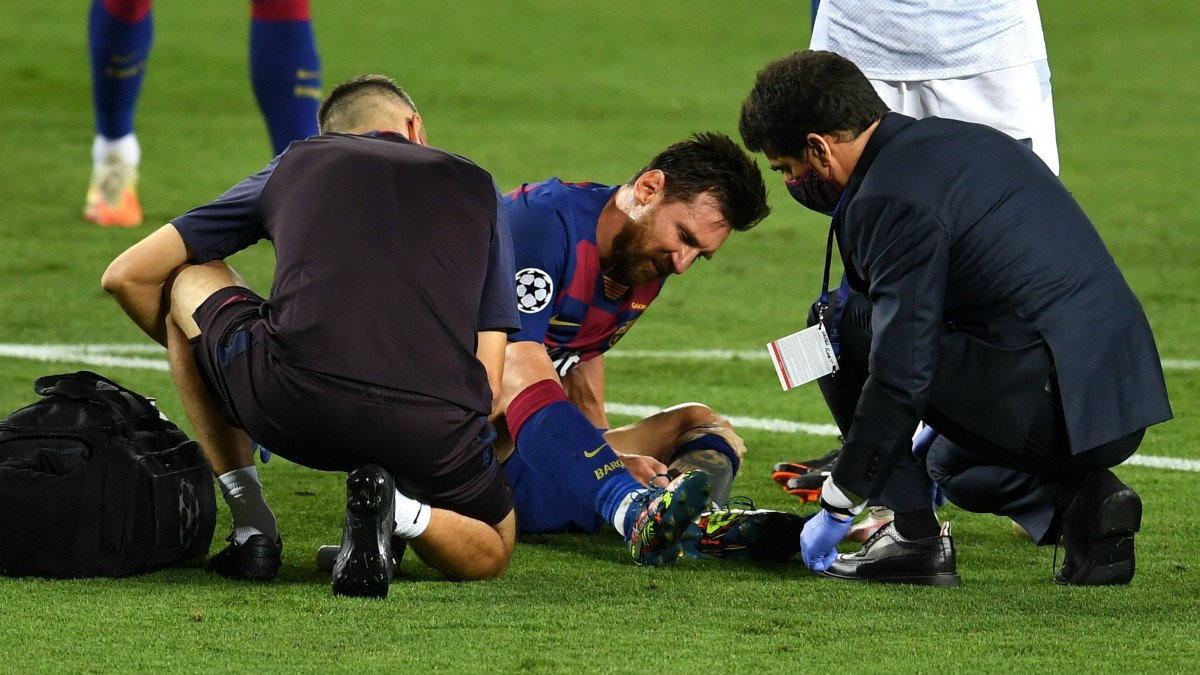 Messi se duele tras recibir una patada. (Getty)