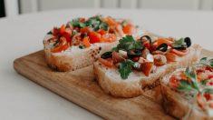 Montadito de ensalada de tomates y queso