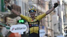 Van Aert celebra su victoria en la Milan-San Remo. (AFP)