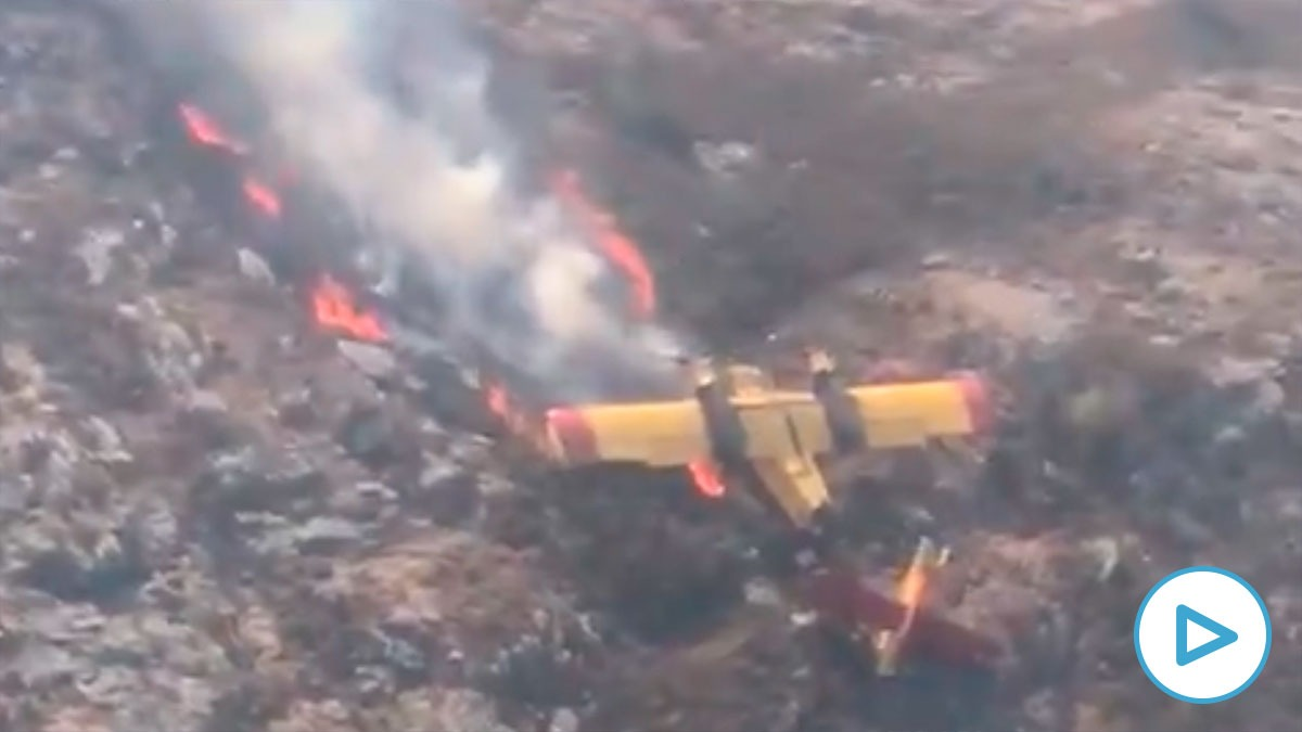 Imagen del avión ardiendo tras el siniestro.