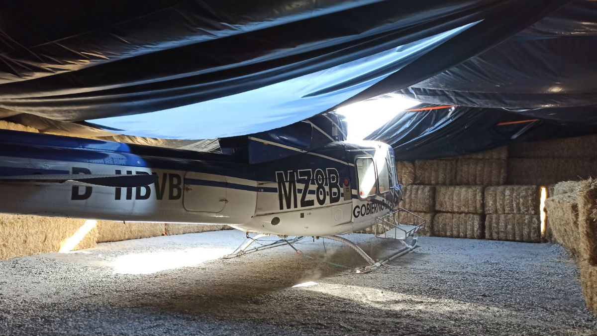 La Guardia Civil halló el helicóptero oculto entre balas de paja y cubierto con una lona de plástico, en una finca agrícola de Córdoba.