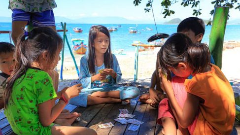 Tres divertidos juegos de cartas para que los niños jueguen en la playa
