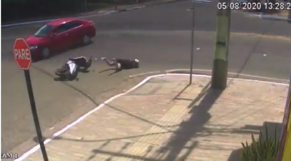 Twitter: El colmo de la mala suerte, un motorista es arrollado por un coche y cae en una alcantarilla