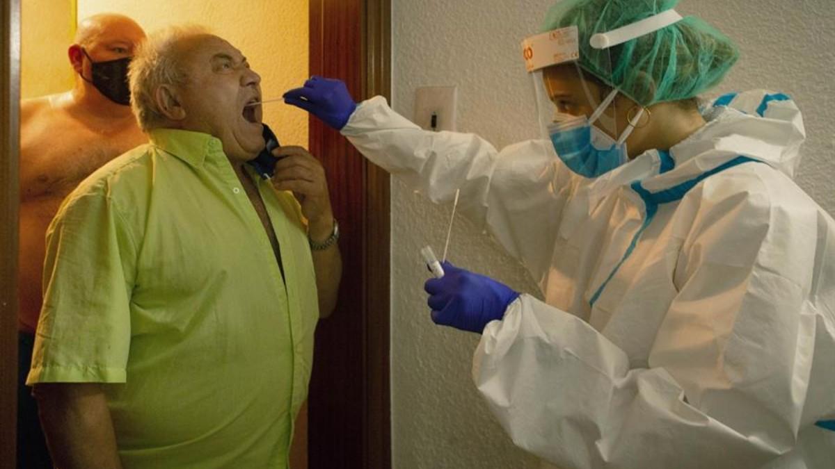 Una sanitaria realiza una prueba PCR a domicilio en Cataluña.