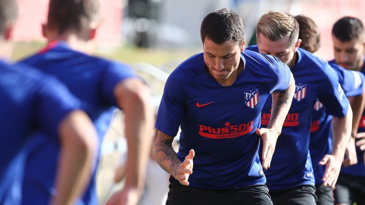 Giménez, en primer plano, en una de las últimas sesiones de entrenamiento del Atlético de Madrid. (@Atleti)