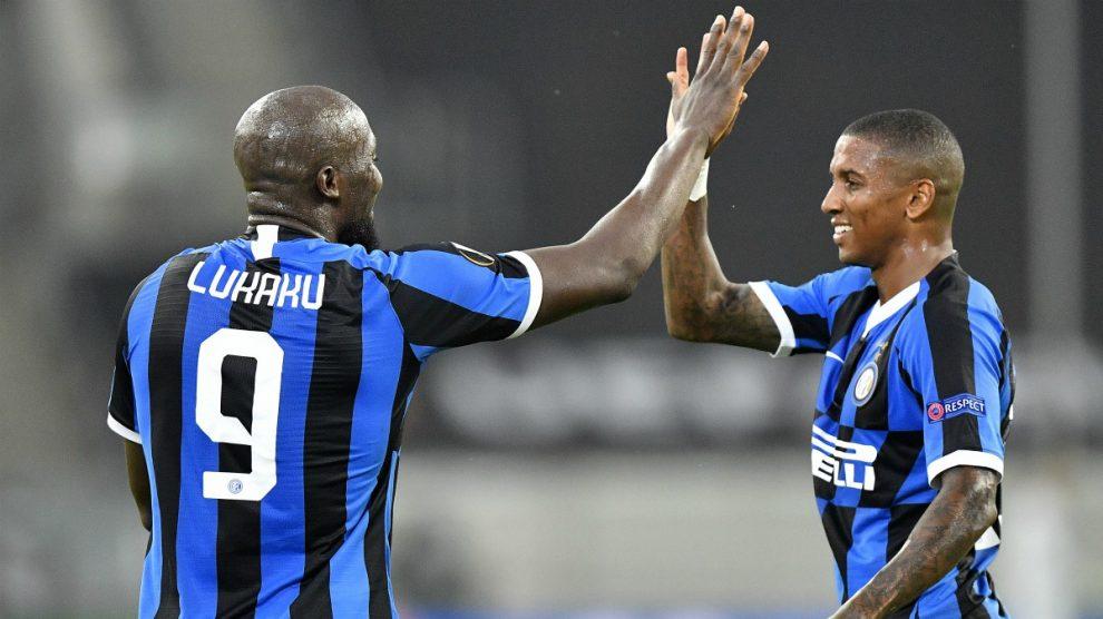 Lukaku y Young celebran un gol del Inter de Milán. (Getty)