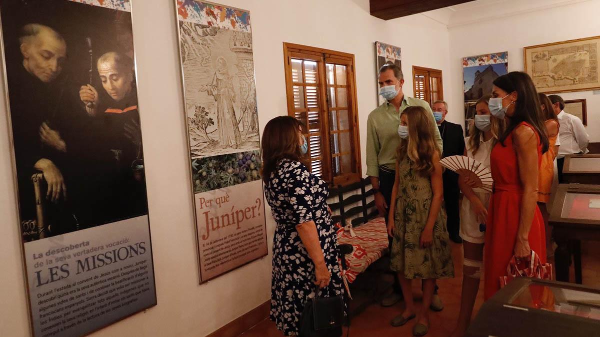 Los Reyes y sus hijas en el interior de la casa museo de fray Junípero Serra.