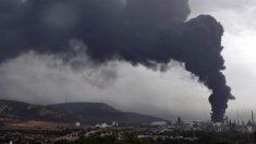 Columna de humo del incendio originado en un depósito de gasóil del complejo petroquímico de Repsol de Puertollano.