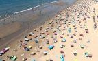 La playa de Punta Umbría se hace viral por su orden y distancia social
