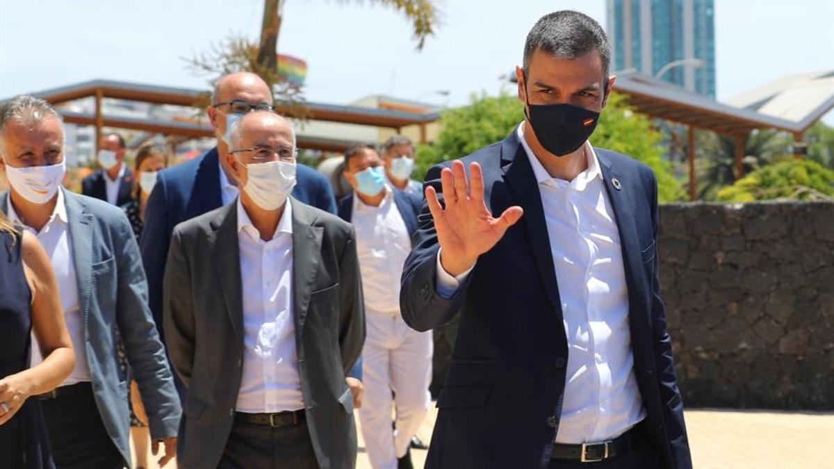 Pedro Sánchez durante una visita al cabildo de Lanzarote, su único acto público hasta ahora durante sus vacaciones (EFE).