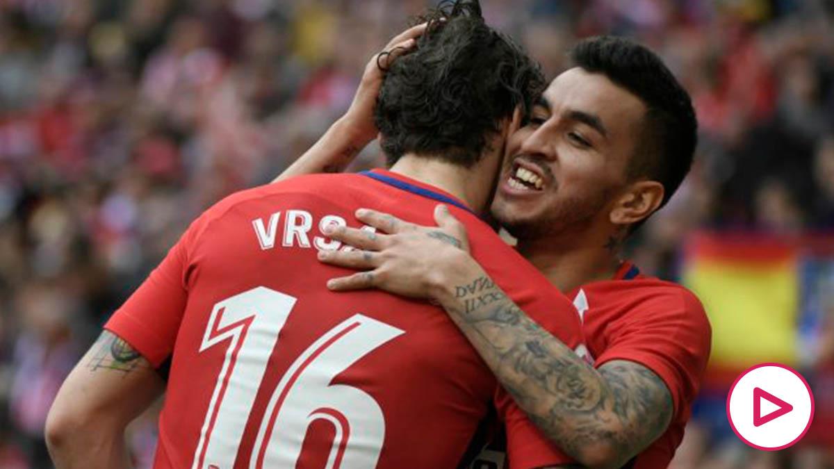 Correa y Vrsaljko se abrazan durante un partido del Atlético. (AFP)