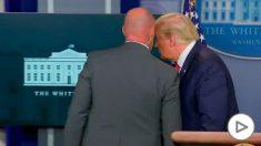 Trump es informado por el Servicio Secreto del tiroteo en la Casa Blanca.
