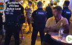 La Policía cierra una calle en Ibiza por la aglomeración de personas